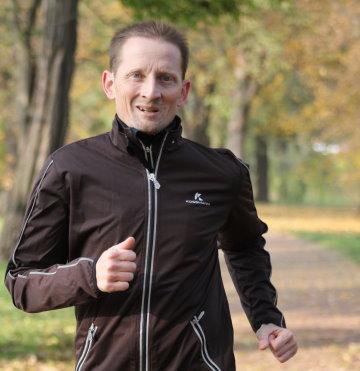 Running Coach Stefan Wohllebe beim Lauftraining im Rotehornpark in Magdeburg